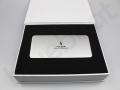 srebrny power bank z nadrukiem w pudełku prezentowym