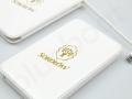 biały powerbank reklamowy ze złotym logo SOKOŁÓW